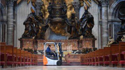 Wielkanoc z wózkami widłowymi w tle