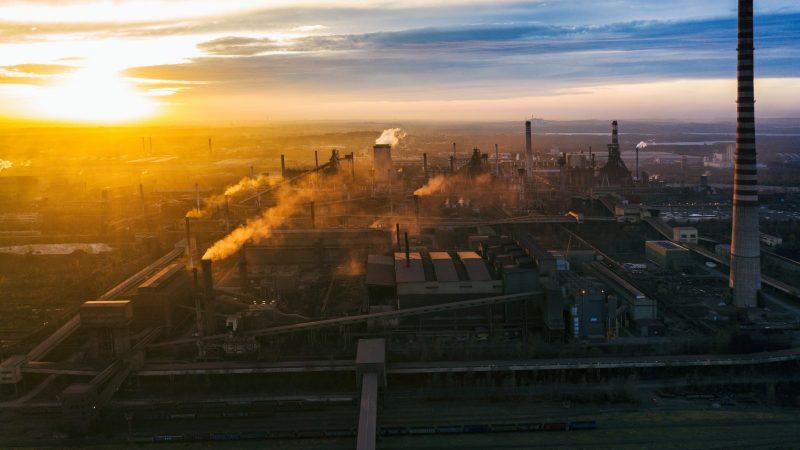 PMI Polski: eksport przyśpiesza, problemy z mocami przerobowymi