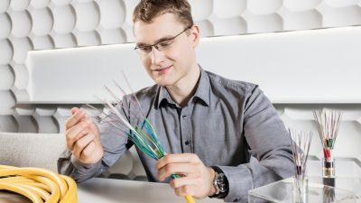 Corning zbuduje w Polsce kolejną fabrykę włókna światłowodowego