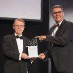 Przyznaną wdrożeniu STILL w Danfoss nagrodę IFOY 2021 w kategorii zintegrowanych rozwiązań magazynowych odebrał  Frank Müller, Senior Vice President Brand Management / Sales & Service Steering STILL EMEA (na zdj. z lewej strony).