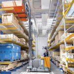 Czterokierunkowy reach truck STILL FM-4W pozwala bezpiecznie i wygodnie manewrować z ponadgabarytowymi ładunkami.