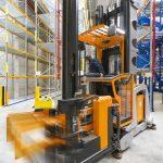 W parze z regałami wysokiego składowania wózki systemowe MX-X do pracy w bardzo wąskich alejkach pozwalają osiągać bardzo dużą gęstość składowania.