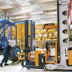 Wózki systemowe MX-X do pracy w bardzo wąskich korytarzach (VNA) dzielących regały wysokiego składowania są kluczem do zwiększenia gęstości magazynowania.